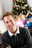 假日:看照相机的愉快的父亲在光明节期间 免版税库存照片