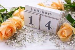 假日2月14日与花的背景 免版税库存图片