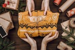 假日flatlay安排用给被编织的毛线衣的妇女的手作为礼物 库存照片