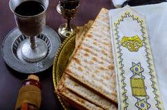 假日matzoth庆祝发酵的硬面犹太逾越节面包torah 库存照片