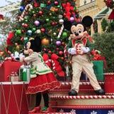 假日Mickey和在圣诞节游行的追击炮 库存图片