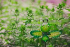 假昆虫在庭院里,滑稽的蝴蝶模型 免版税库存图片