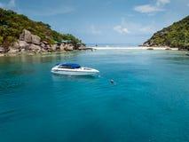 假期、旅行和海概念-在蓝色海的白色小船 库存照片