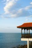 假期别墅在早晨海之前 免版税库存照片