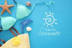 假期和夏天图象与海洋生活称呼对象和薄荷的比基尼泳装在蓝色木背景 免版税库存照片