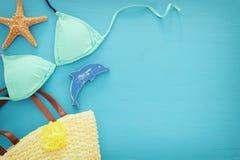 假期和夏天图象与海洋生活称呼对象和薄荷的比基尼泳装在蓝色木背景 库存图片