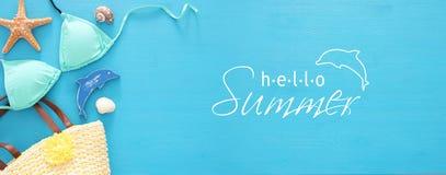 假期和夏天横幅与海洋生活称呼对象和比基尼泳装在木背景 免版税库存照片