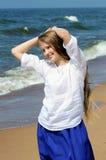 假期在海滩的少妇 免版税库存图片