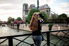 假期旅行在巴黎 桥梁的幸运女孩 免版税库存照片