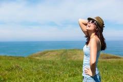 假期旅行的愉快的妇女 免版税库存图片