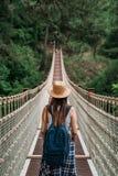 假期概念的愉快的旅行妇女 滑稽的旅客享受她的旅行并且准备冒险 免版税库存照片