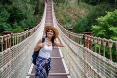 假期概念的愉快的旅行妇女 滑稽的旅客享受她的旅行并且准备冒险 库存图片