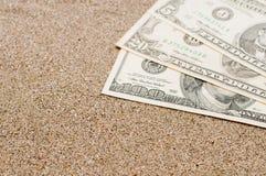 假期概念,在海沙,旅行费用的金钱 免版税库存图片