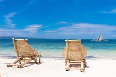 假期概念,在热带海滩的海滩睡椅 库存照片
