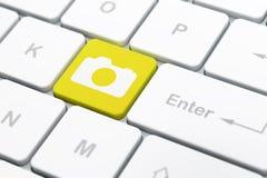 假期概念:在计算机上的照片照相机 免版税库存照片