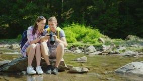 假期的好记忆 两三个游人浏览在一台数字照相机的照片 股票录像