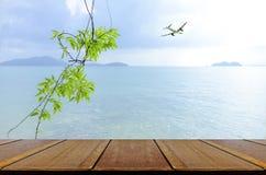 假期背景在与野餐桌的海边 图库摄影
