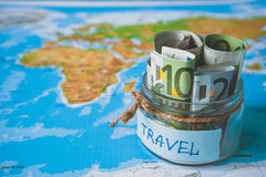 假期预算概念 假期在一个玻璃瓶子的金钱储款 库存照片