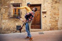 假期-获得的夫妇笑和在旅途上的乐趣 库存照片