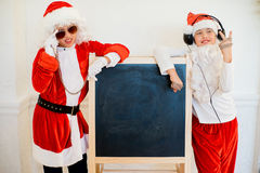 假装两个的男孩他是坏圣诞老人在黑人委员会附近 库存图片
