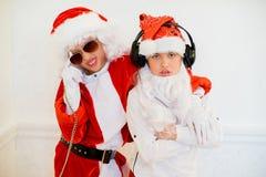 假装两个的男孩他是坏圣诞老人 免版税库存图片