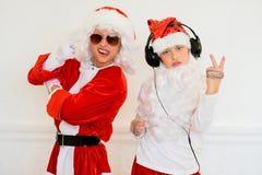 假装两个的男孩他是坏圣诞老人 免版税库存照片