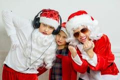 假装两个的男孩他是坏圣诞老人 库存图片