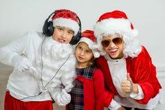 假装两个的男孩他是坏圣诞老人 库存照片