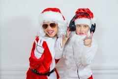 假装两个的男孩他是坏圣诞老人 免版税图库摄影
