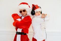 假装两个的男孩他是坏圣诞老人 图库摄影