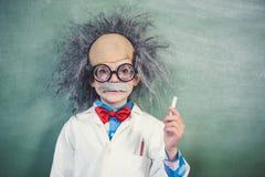 假装女小学生的画象是一位老师在教室 库存照片
