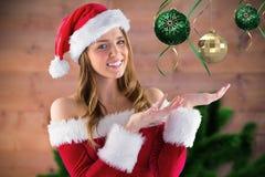 假装微笑的女孩拿着虚构的圣诞节装饰 库存照片