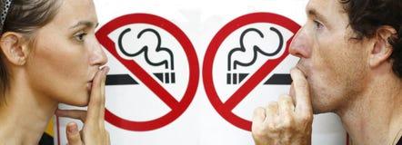 假装抽烟的夫妇 免版税库存照片