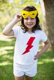 假装的女孩是超级英雄 免版税图库摄影