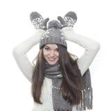 假装驯鹿的年轻深色的妇女 免版税库存照片