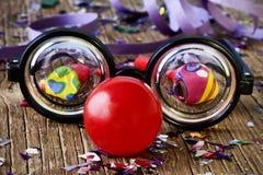 假镜片、红色小丑鼻子和五彩纸屑 免版税库存图片