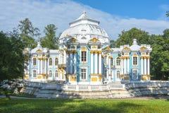 偏僻寺院亭子在凯瑟琳公园在Tsarskoe Selo,圣彼得堡,俄罗斯 免版税图库摄影