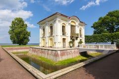偏僻寺院亭子在Peterhof,圣彼得堡,俄罗斯 库存图片