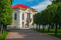 偏僻寺院宫殿和庭院树在Peterhof更低的公园  免版税库存照片