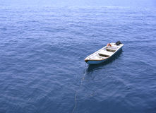 偏僻小船的追赶者 免版税库存照片