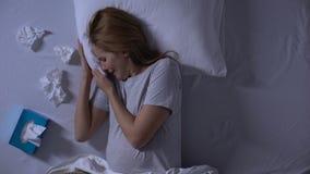 偏僻的怀孕的女性哭泣的床在晚上,抚摸腹部,终止消沉 股票视频