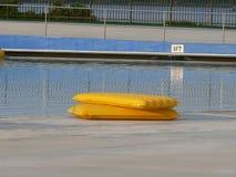 偏僻的木筏游泳 库存照片