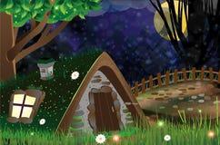 偏僻的棚子在一个可怕的森林里 免版税库存图片