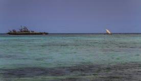 偏僻的海岛,鲜绿色海, traditonal风船,戴安娜,北马达加斯加 免版税库存照片