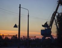 偏僻的港口起重机 免版税图库摄影