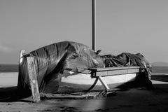 偏僻的老小船在海滨站立 免版税库存照片