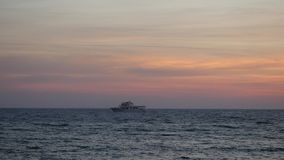 偏僻的船风帆平衡的补全美妙的风景的时间起波纹的不尽的陆间海 股票录像