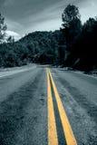 偏僻的路绕 免版税库存照片