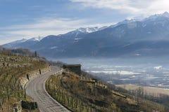 偏向路在瓦尔泰利纳,在桑治奥附近的一个谷在北意大利,毗邻的瑞士的伦巴第地区 库存图片
