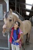 偏爱的女孩她的马一点 免版税库存图片
